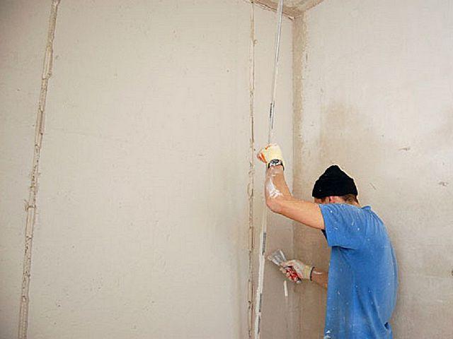 Как самостоятельно оштукатурить стены по маякам